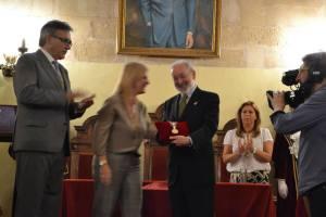 El Presidente del CEHJ recibe en su nombre la medalla de manos de la Alcaldesa